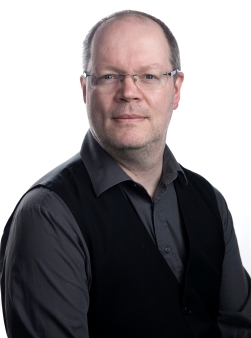 Portrettfoto av Morten Olsen Haugen, norsk mann 52 år gammel, i grå skjorte og svart vest